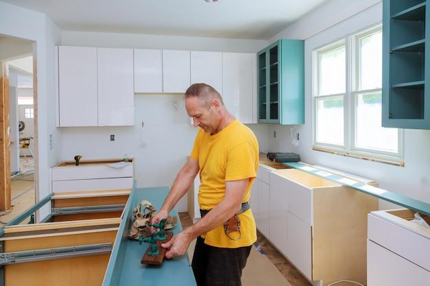 Kitchen remodel schöner küchenmann, der küchenmöbel zusammenbaut