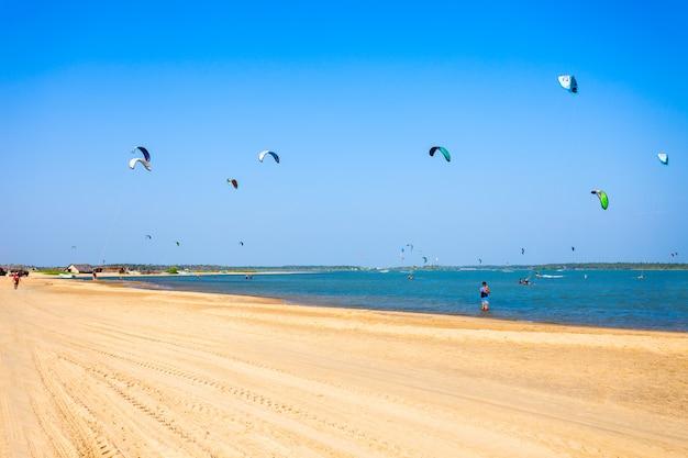 Kitesurfer am strand von kalpitiya
