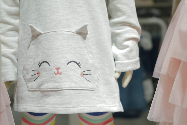 Kitty cartoon auf dem baby hellgrauen pullover.
