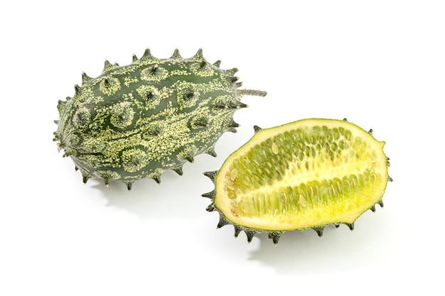 Kiwano, stachelmelone oder geleemelone isoliert auf weißem hintergrund. cucumis metuliferus