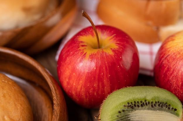 Kiwi, äpfel und brot auf dem tisch