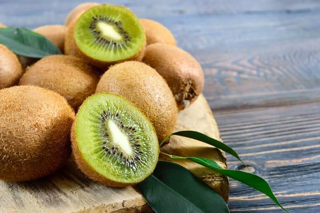 Kiwi auf holzbrett draufsicht