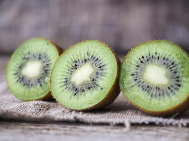 Kiwi auf holzuntergrund geschnitten