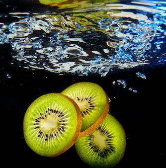 Kiwi auf schwarzem hintergrund