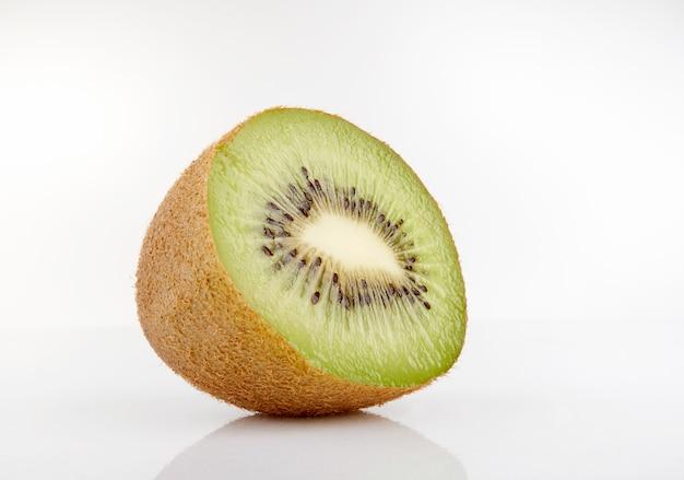 Kiwi beinahe eingeschnitten auf weiß