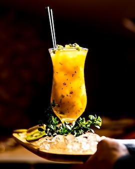 Kiwi-cocktail auf der seitenansicht des zitronenzuckersyrop-eises des holzbretts