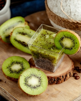Kiwi detox mit vielen geschnittenen kiwi