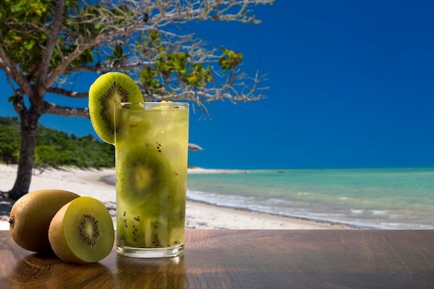 Kiwi fruit caipirinha von brasilien über schönen strand