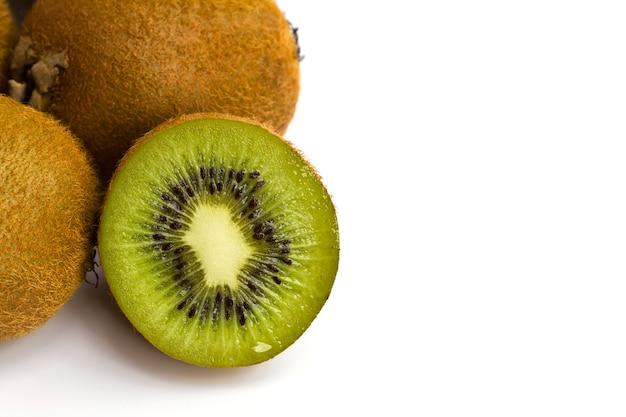 Kiwi in zwei hälften geschnitten