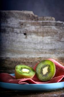 Kiwi in zwei hälften in einem holztisch geschnitten