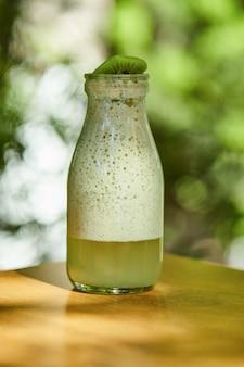 Kiwi-limonade auf holztisch