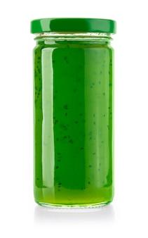 Kiwi marmeladenglas isoliert auf weiß