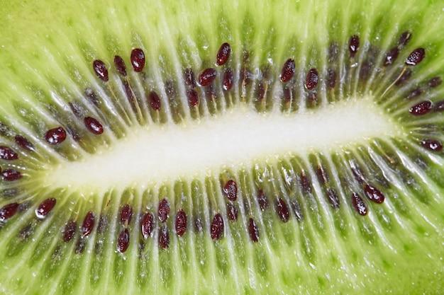 Kiwi mit grünem fruchtfleisch und schwarzen samen