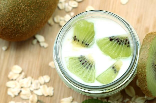 Kiwi mit smoothie-joghurt
