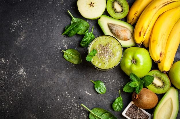 Kiwi smoothie mit früchten