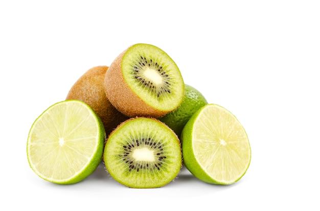 Kiwi und limette halbieren
