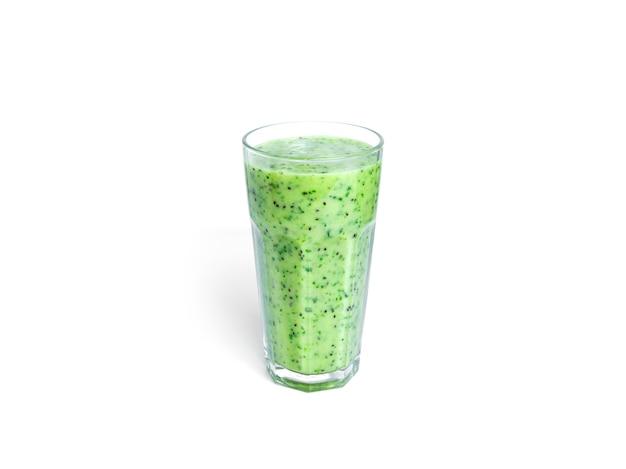 Kiwi und spinat smoothie isoliert auf weiß. glas mit grünem smoothie.