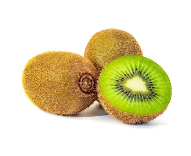 Kiwifrucht und scheibe lokalisiert auf weißem hintergrund
