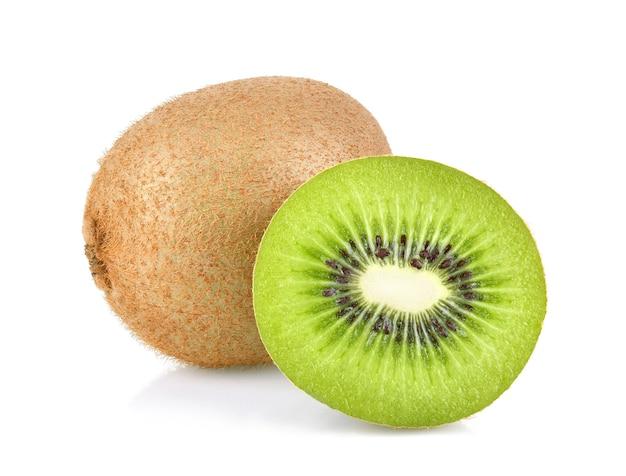 Kiwifrucht und scheibenscheibe lokalisiert auf weißem hintergrund. volle schärfentiefe
