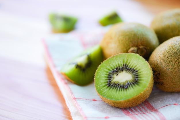 Kiwischeibe auf dem tisch mit kiwi