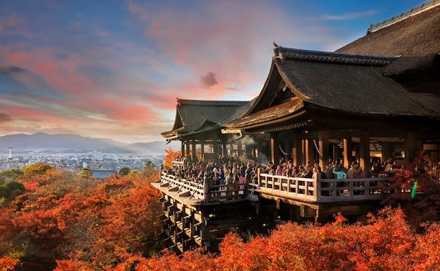 Kiyomizu-deratempel an der herbstsaison in kyoto, japan