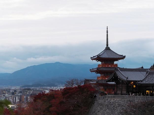 Kiyomizu-deratempel und -rot lässt herbst am abend kyoto, japan.