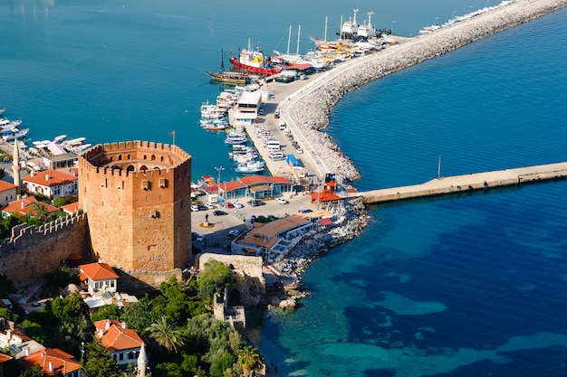 Kizil kule turm in alanya halbinsel, antalya bezirk, türkei, asien. berühmtes tourismusziel. osmanisches reich.