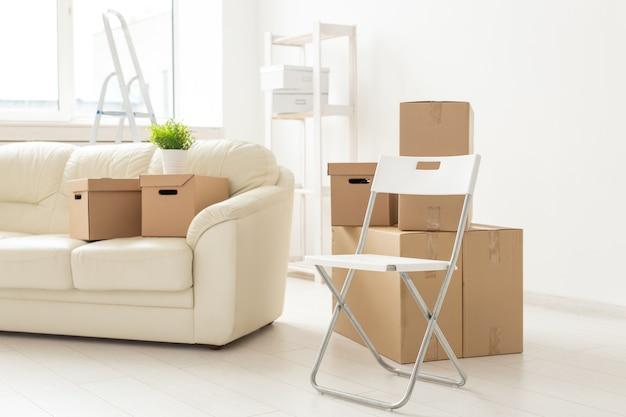 Klappstuhlsofa und kisten befinden sich im neuen wohnzimmer, wenn die bewohner in eine neue wohnung ziehen. das