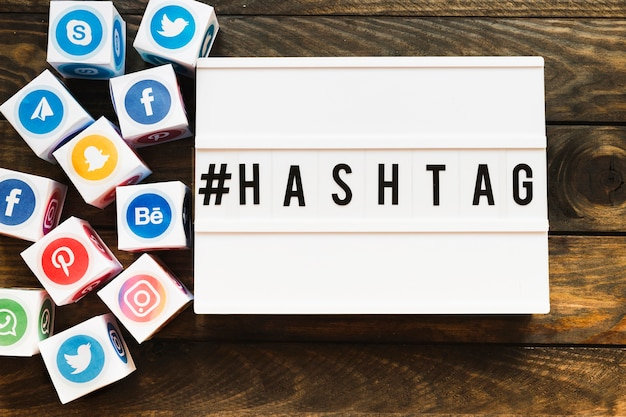 Klare social networking-ikonenblöcke neben hashtag text