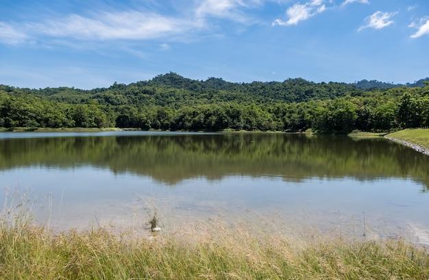 Klare wasseroberfläche des kleinen reservoirs.