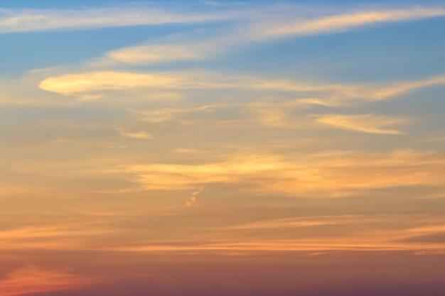 Klarer blauer himmel mit bewölktem als hintergrundtapete, pastellhimmeltapete