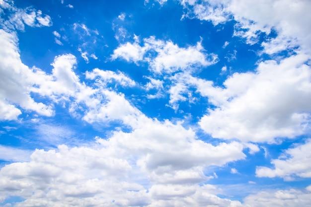 Klarer blauer himmel mit bewölktem hintergrund