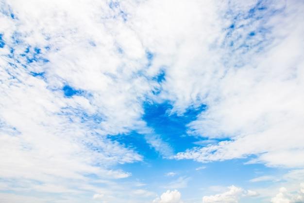 Klarer blauer himmel mit bewölkter tapete, pastellhimmeltapete