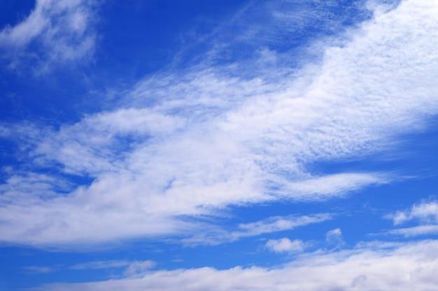 Klarer blauer himmel mit reinen weißen wolken