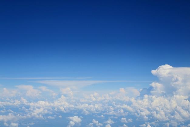 Klarer blauer himmel mit weißer wolke in der sommerzeit. luftbild aus dem flugzeugfenster.
