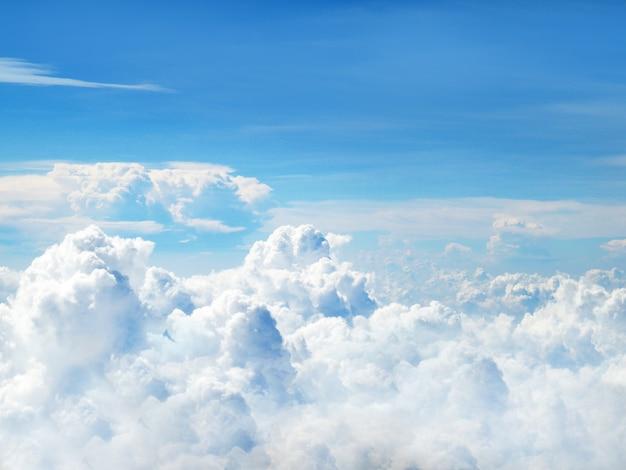 Klarer blauer himmel und weiße, flauschige wolken