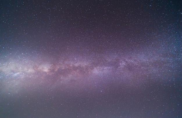 Klarer himmel in der nacht mit sternen und milchstraße