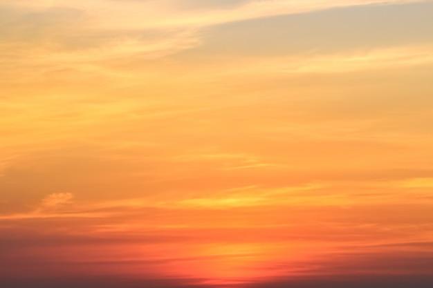 Klarer himmel mit bewölktem als hintergrund