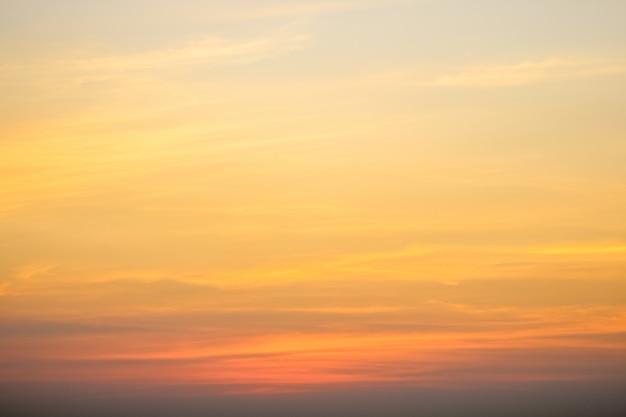 Klarer himmel mit bewölktem himmel