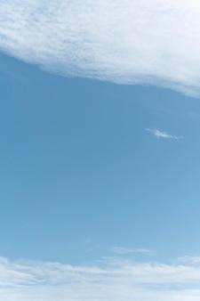 Klarer himmel mit wolken