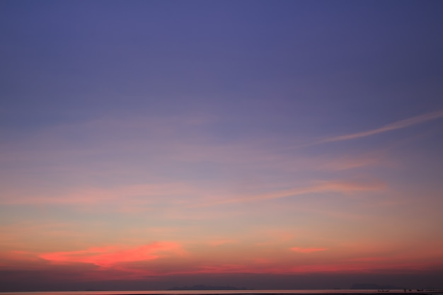 Klarer himmel und drastische wolken in der dämmerung, weinlesefilter