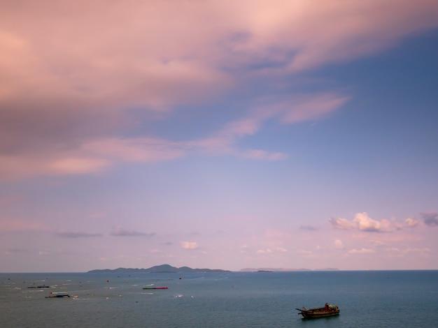 Klarer und sonnenunterganghimmel am strand, pattaya im sommer