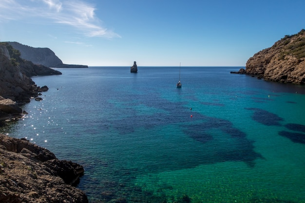 Klares blaues meer und ein himmel in ibiza, spanien