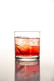 Klares glas mit alkohol gefüllt