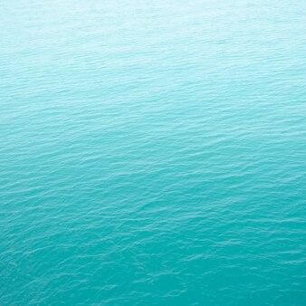 Klares grünes meer mit wellen