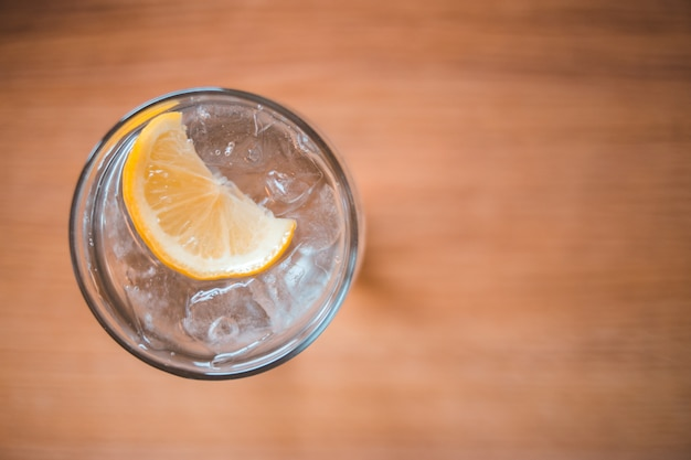 Klares trinkglas mit zitronensaft