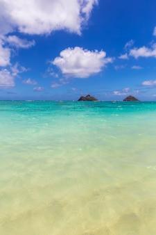 Klares türkisfarbenes wasser und blick auf zwei inseln am lanikai-strand, oahu, hawaii