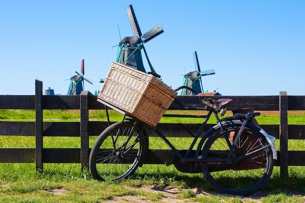 Klares und traditionelles wahrzeichen für holland: fahrrad und mühlen