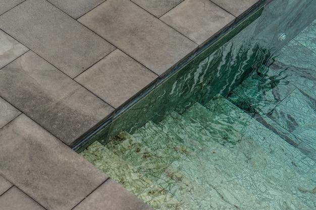 Klares wasser eines schwimmbades während des tages