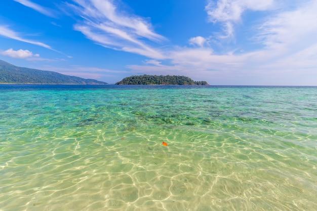Klares wasser und blauer himmel in der paradiesinsel im tropischen meer von thailand